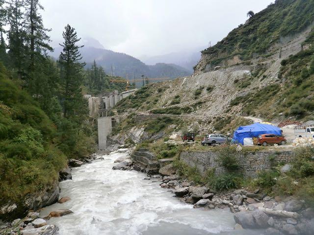 बरशैणी में पार्वती नदी पर पनबिजली परियोजना का कार्य
