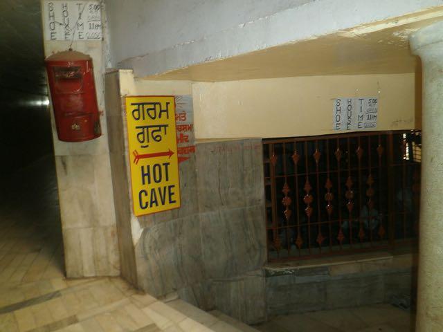 गुरुद्वारा श्री मणिकर्ण साहिब परिसर में गर्म गुफा का रास्ता