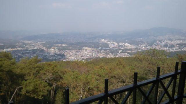 शिलोंग का विहंगम दृश्य और स्थानीय वेशभूषा में